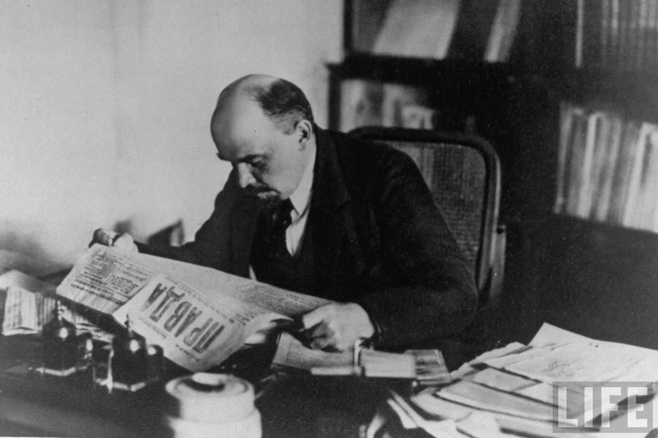 Lenin legge la Pravda