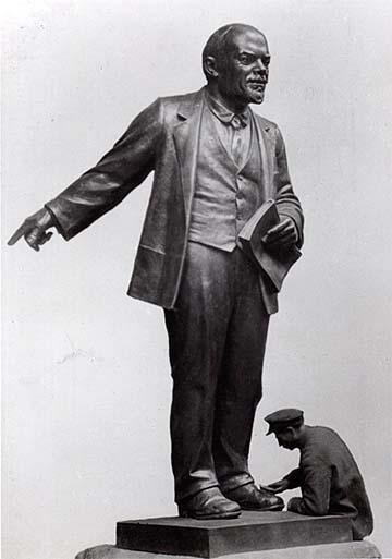 Statua di Lenin in manutenzione